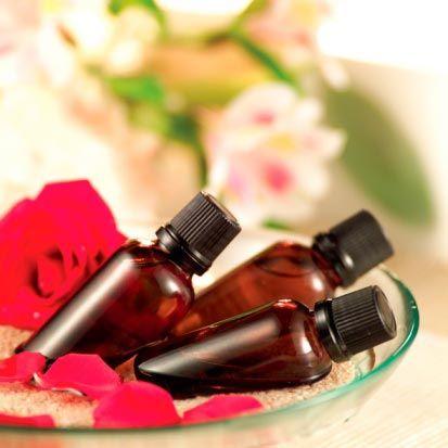 Gül yağının faydaları  • Antiseptik (mikrop öldürücü )olarak kullanılan gül yağı makyajı temizler, ciltteki doğum lekelerini alır. Alerjik ciltlere iyi gelir. Cilde canlılık kazandırır.  • Boğaz ve bademcik iltihaplarının giderilmesine yardımcı olur. • Ellerinizin ve cildinizin güzelleşmesi için gül yağını badem yağıyla karıştırıp, kullanabilirsiniz.
